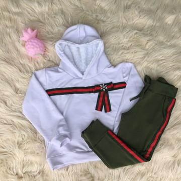 Conjunto de Moletom com calças verde ou vermelha.