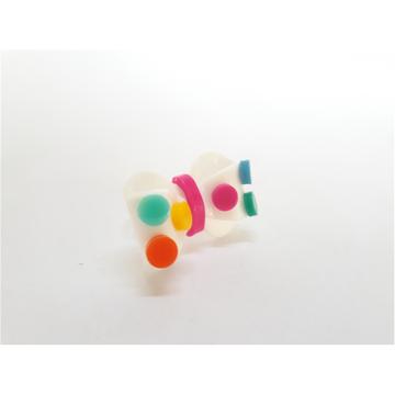 Anel de acrílico de lacinho com pastilhas coloridas!