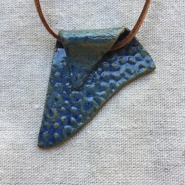 Colar pingente de cerâmica azul
