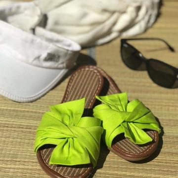 6888af1409 Sandália rasteira de tecido com laço verde