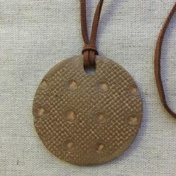 Colar pingente de cerâmica terracota