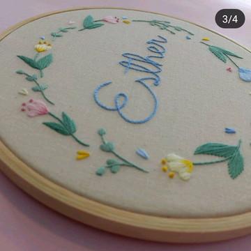 Quadro em Bastidor Bordado - Flores coloridas 25 cm