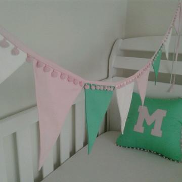 Bandeirolas de tecido para mini cama com pom pom