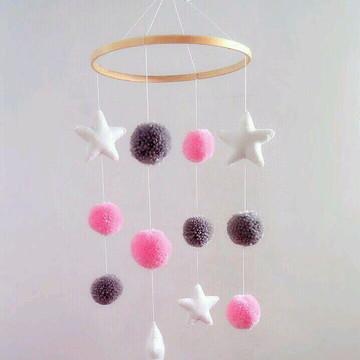 Móbile Pompons e Estrelas