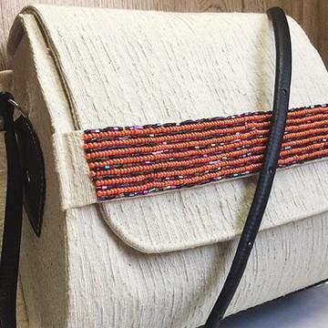 Bolsa feita em algodão cru com pedrarias
