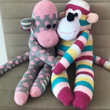 Macaco feito com meia e enchimento antialérgico