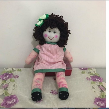 Boneca feita com meia e enchimento antialérgico