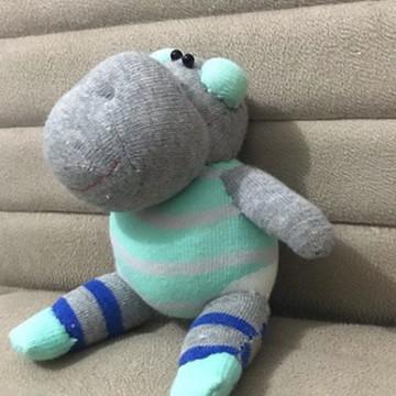 Hipopotamo feito com meia e enchimento antialérgico