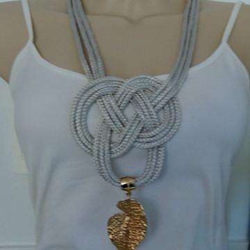 Maxi colar em corda com nó e pingente dourado folha