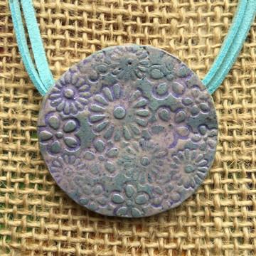 Colar Pingente de Cerâmica Disco Flores Lilás/turquesa