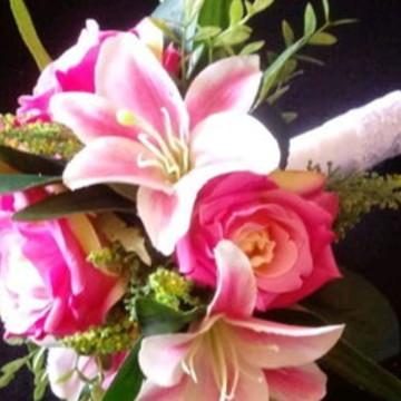 Buque de rosas e lírios artificiais com pronta entrega