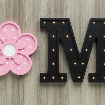 Letra luminosa de MDF + flor