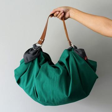 Kit lenço Furoshiki Verde riscado + alça de couro caramelo