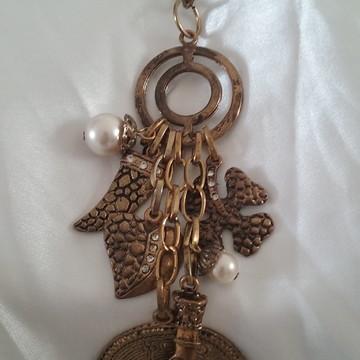 Colar Amuletos Penduricalhos / Dourado Envelhecido.