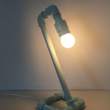 Luminária de mesa em pvc tubo com lâmpada de Led amarela