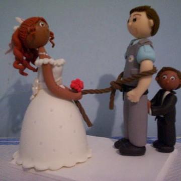 Noiva puxando o noivo pela corda e filho