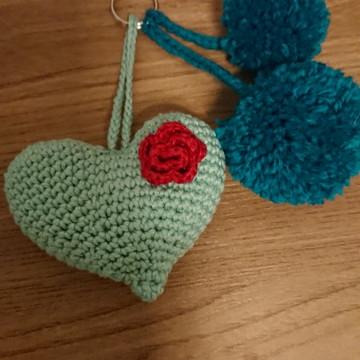 Chaveiro coração amigurumi / crochê e pompom