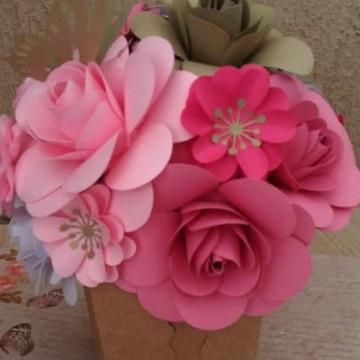 Arranjo com 16 flores de papel