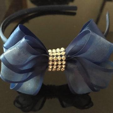 Tiara azul com laço e strass