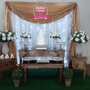 Decoração de Casamento com mesa Rustica e cortina dourada