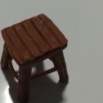 Banquinho em miniatura em biscuit