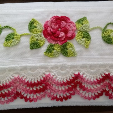 Toalha de Rosto decorada com crochê