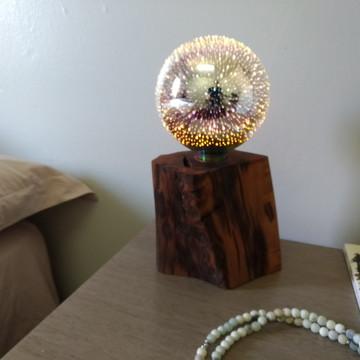Luminária em madeira com lâmpada LED