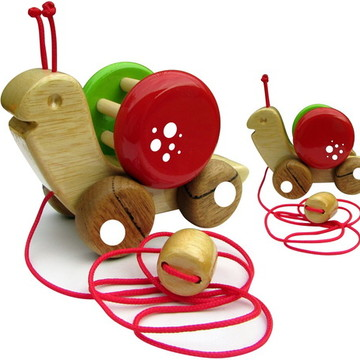 Caracol de puxar com chocalho, brinquedo de madeira