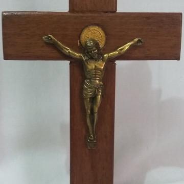 Crucifixo de mesa ou parede com medalha de São Bento