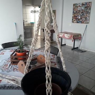 Suporte para vaso em corda macramê