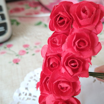 Mini flor de papel vermelha