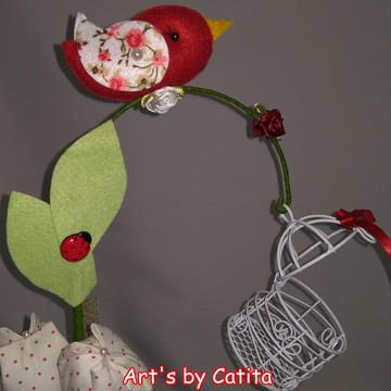 Enfeite passarinho fora da gaiola com tulipas