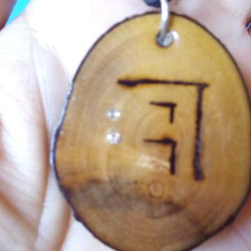 Colar biojoia, pingente em madeira com strass