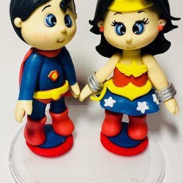 Topo de bolo biscuit Super man e mulher maravilha