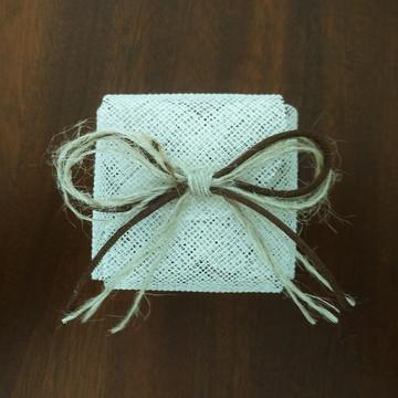 Embalagem de bem-casado - tela pérola e laço em juta /cordão