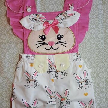 Body branco e rosa e com bordado de coelho - Romper