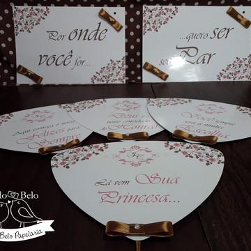 Plaquinhas para cadeiras e entrada dos noivos