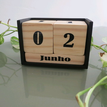 calendário permanente rústico em cubos de madeira pinus