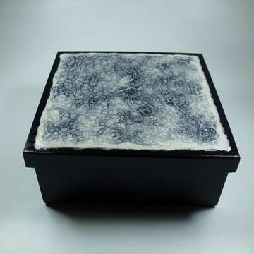 Caixa vidrificada preta e branca