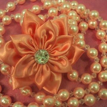colar de pérolas com flor de cetim!