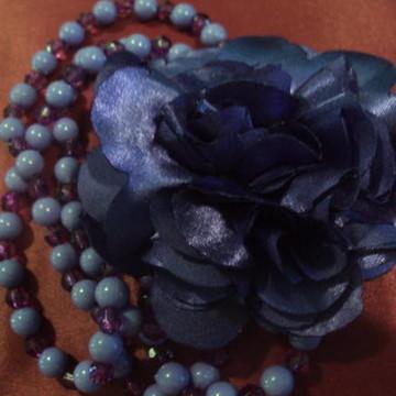 colar com flor de cetim