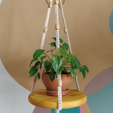Suporte para vaso em macramê com detalhes e base em madeira