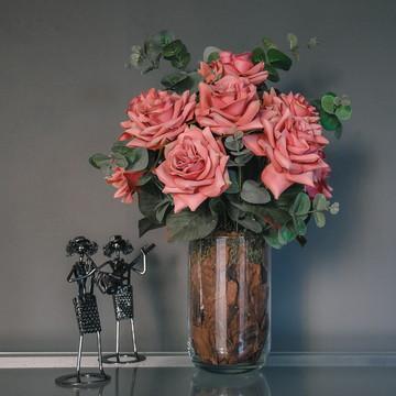 Arranjo de Rosas Artificiais com Vaso de Vidro Grande