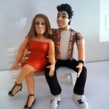 Casal de namorados bonecos no banco