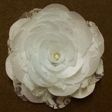 Flor de cetim, renda e pérola em branco