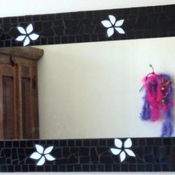 Espelho mosaico preto, flores brancas