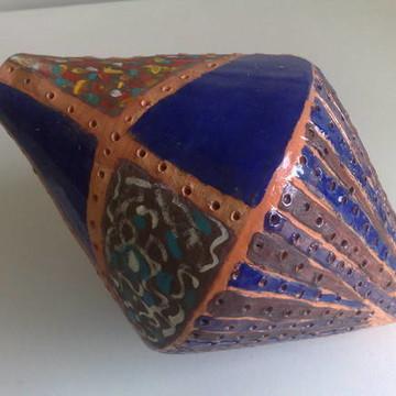 Objeto decorativo em cerâmica esmaltada