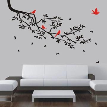 Decoração de sala de estar com galho árvore e passarinhos
