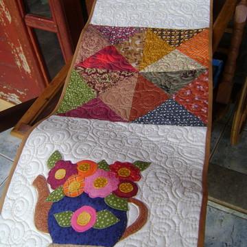 Trilho de mesa de Chaleira com flores