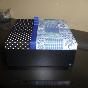 caixa azul e poá preto